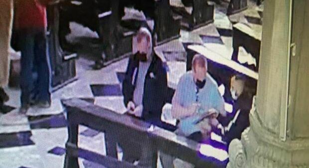 La banda in azione in chiesa ripresa dalle telecamere