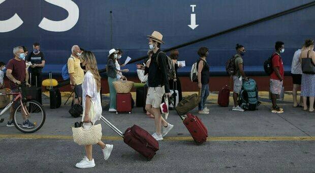 Variante Delta e viaggi, dalla Spagna alla Grecia: ecco i Paesi più a rischio. La Farnesina: «Pericolo di rimanere bloccati all'estero»