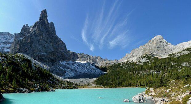 Il laghetto del Sorapis è una delle mete più gettonate del turismo estivo sulle Dolomiti