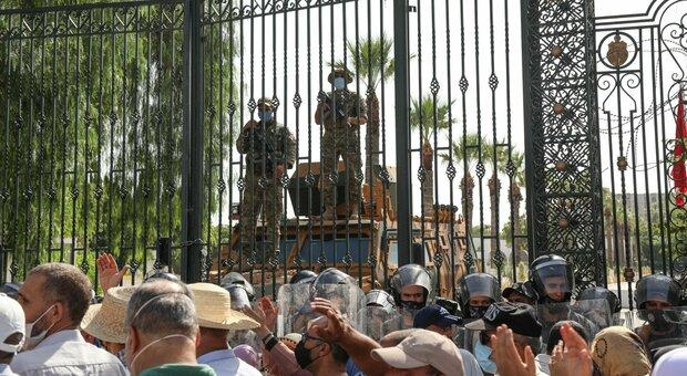 Tunisia nel caos, il presidente silura governo e Parlamento. L'esercito in strada