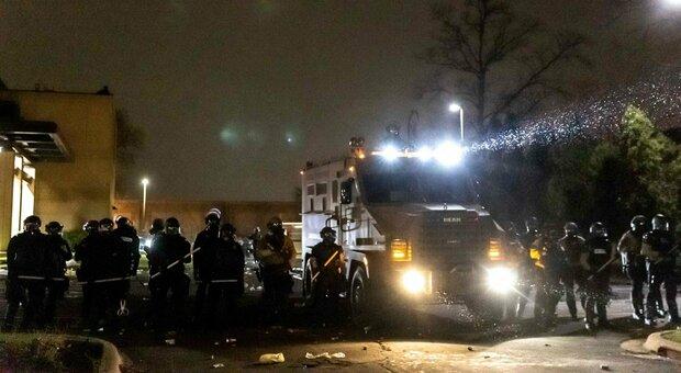 Minneapolis, polizia uccide ventenne afroamericano: centinaia di manifestanti in strada