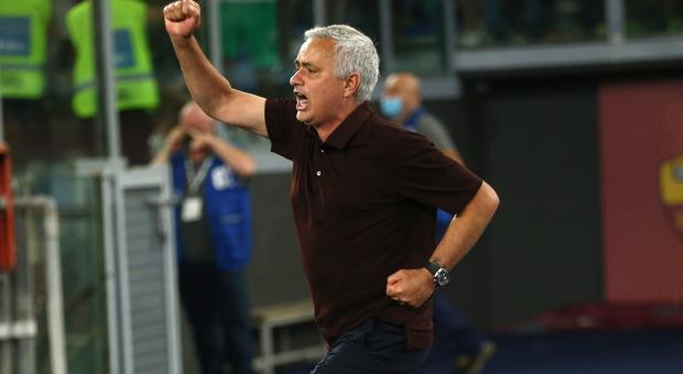 Roma, la corsa di Mourinho sotto la Sud fa il giro del mondo: «E non mi sono infortunato»