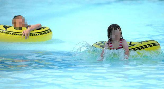 Palpeggia una bambina in piscina e la nonna lo riempie di botte - Borsone piscina bambina ...