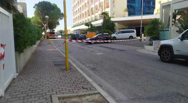Turista precipita dal quinto piano dell'hotel Bibione Palace: morto sul colpo, aveva 44 anni