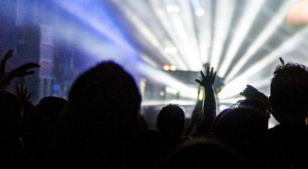 Festa nella discoteca abusiva di Roveredo (Foto di Free-Photos da Pixabay)