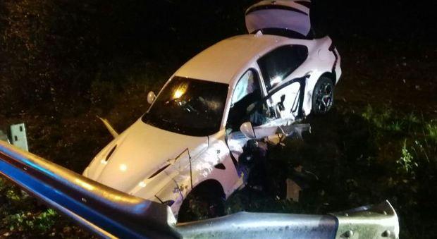 Nuova Giulia in collaudo finisce fuori strada: ferito conducente