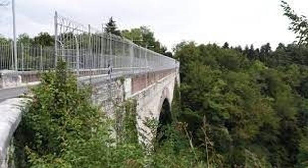 Il ponte dal quale si è gettato Simone Fasan