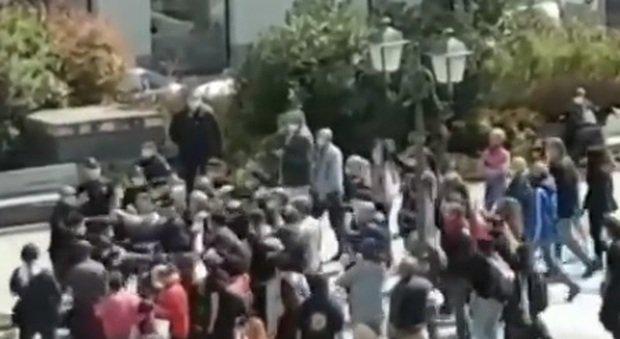 Coronavirus, flash mob a Trieste: momenti di tensione. «Abbandonati precari, disoccupati e lavoratori in nero, lasciati senza reddito»