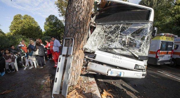Autobus contro un pino in via Cassia a Roma: autista indagato per lesioni