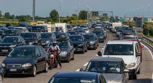 A4, prima giornata di esodo: tanti stranieri, code, caldo. Alle 15 transitati 70.000 veicoli