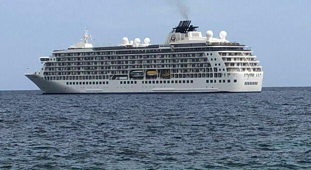 Otranto, arriva The World la nave da crociera più grande del mondo: a bordo negozi, appartamenti e campi da golf