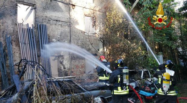 Incendio nella villetta a schiera, sfiorate dalle fiamme tre case