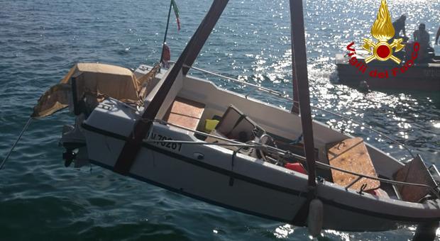 Barca affonda a 4 metri di profondità in laguna