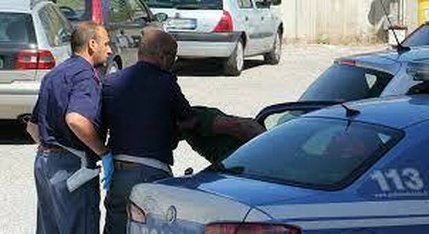 Passeur inseguito e arrestato: trasportava quattro migranti irregolari