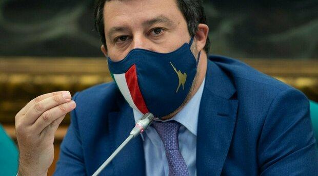 Covid, Salvini: «Non riaprire dopo Pasqua è sequestro di persona. Speranza, basta scelte ideologiche»