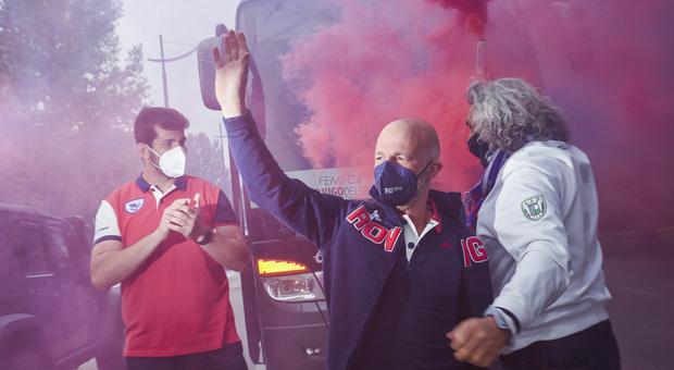 Umberto Casellato e Matteo Ferro salutano i tifosi davanti al pullman tra i fumogeni