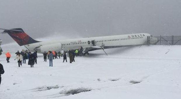 Aeroporto New York La Guardia : New york aereo fuori pista per il ghiaccio paura all