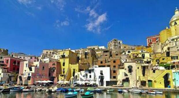 Procida, l'arte invade l'isola: oltre 50 opere, focus su Fontana e Buren