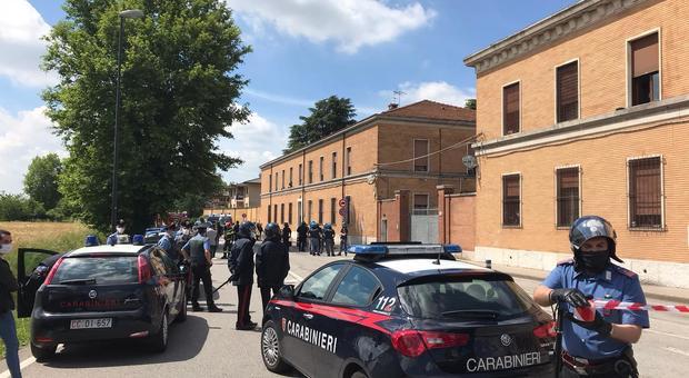 Polizia e carabinieri davanti alla caserma Serena