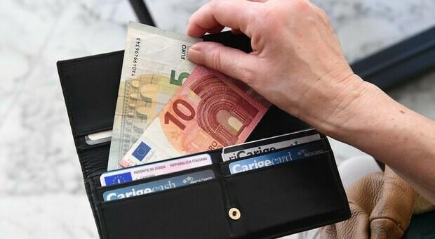 Olbia, trova borsello con 10.000 euro nel carrello della spesa e lo restituisce al proprietario