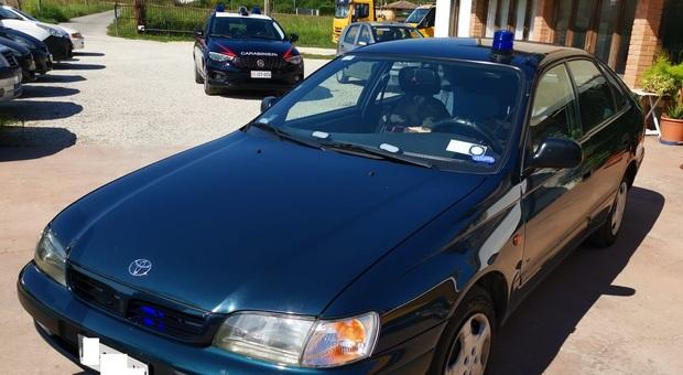 """L'auto in """"blu carabinieri"""" dotata abusivamente di lampeggianti e dispositivi sonori"""