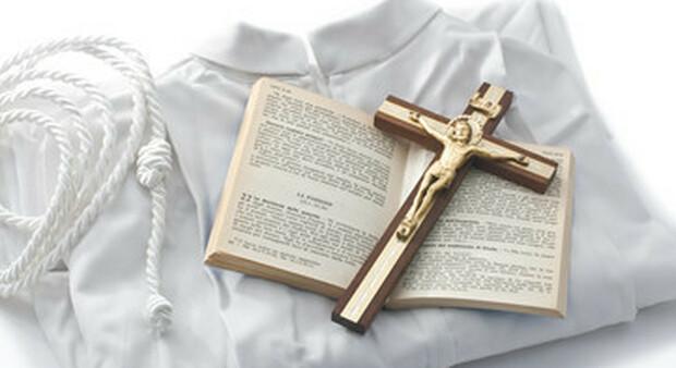Vescovo si innamora di una scrittrice di libri erotici e si dimette: ora cerca lavoro come agronomo