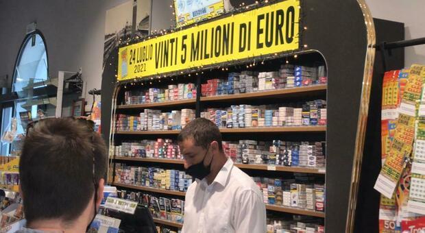 """Il buffet della stazione di Feltre dove ieri sono stati vinti cinque milioni di euro con """"Miliardario maxi"""""""