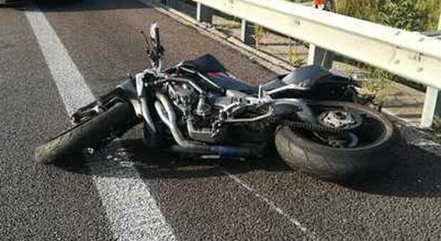 Una moto sull'asfalto, foto di repertorio