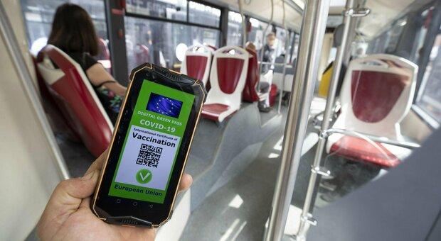 Green pass: su treni, bus e navi il riempimento sale all'80%. Ecco l'ordinanza del ministro Speranza