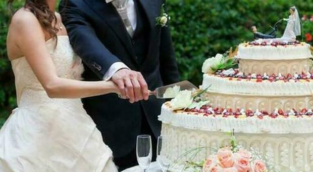 Banchetto di nozze a sbafo, poi due sposini fuggono senza saldare il conto (13.000 euro)