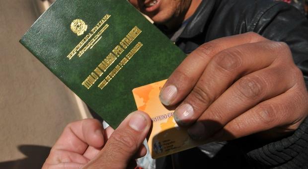 Falsi permessi di soggiorno per immigrati e assistenza Inps: 77 indagati