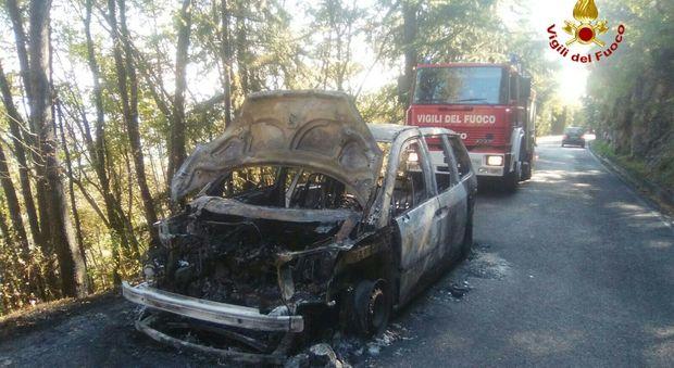 L'auto prende fuoco sul tornante: paura nella strada verso il Grappa