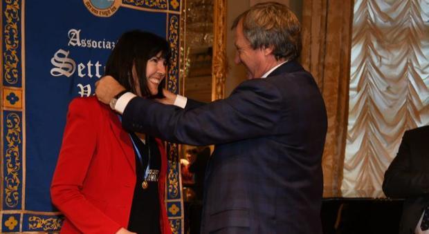 Il sindaco Brugnaro consegna il premio Veneziano dell'anno 2018 alla ricercatrice Adriana Albini