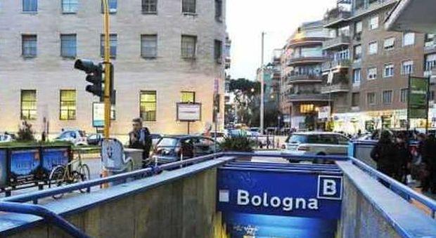 Roma, riprende due ragazzi che fumano in metro: pestato a sangue. Trentasettene in coma, due fermi