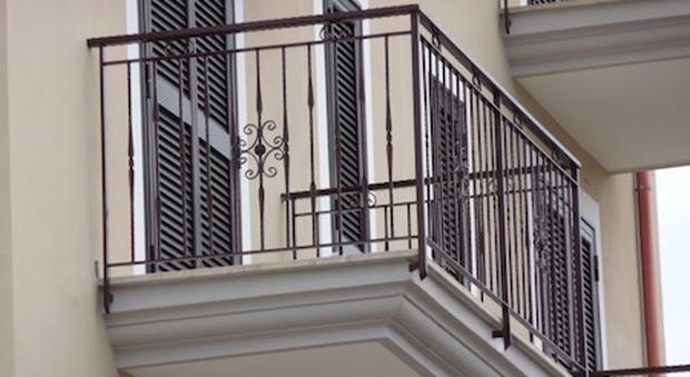 Ancona, bimbo si sporge per guardare la mamma e precipita dal balcone