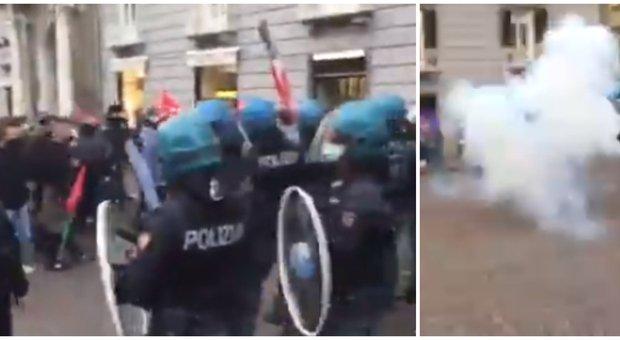 Napoli, bombe carta contro la polizia: nuovi scontri nel centro della città