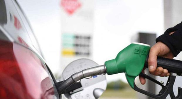 Benzina, prezzi alle stelle: stangata da 270 euro a famiglia. Consumatori: «Si specula sulle vacanze»