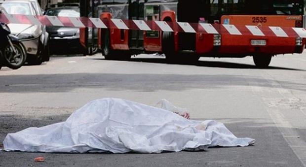 Si accascia e muore alla fermata del bus: nessuno interviene