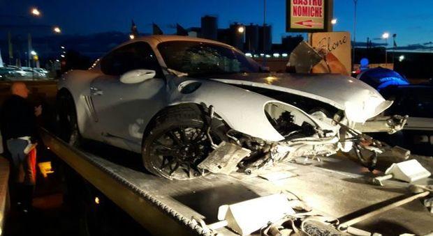 Roma, ragazzo di 20 anni ubriaco si schianta con la Porsche contro un muro: grave la fidanzatina