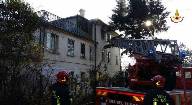 A fuoco il tetto di casa a tre piani tanta paura nessun for Foto di case a tre piani