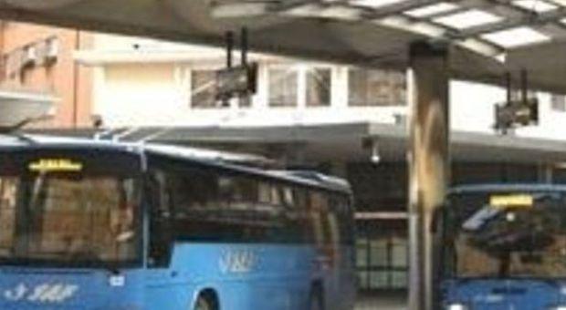 Sesso con un 15enne nei bagni della stazione delle corriere: arrestato