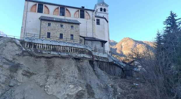 La chiesa di Valle di Cadore dedicata a San Martino in bilico su uno sperone di roccia