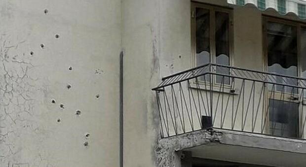 Terrore nella notte: casa crivellata da 27 colpi di fucile, attentatore mascherato fugge in auto