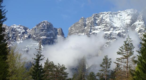 crolla una parete intera della montagna enorme valanga di