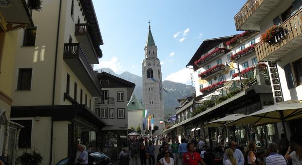 Un'immagine di del centro di Cortina affollato di turisti: quest'anno le incertezze per l'estate sono molte