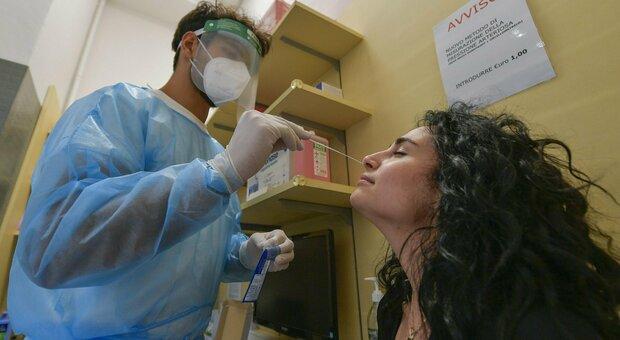 Green pass, Costa: «Tamponi gratis solo a chi è vaccinato»