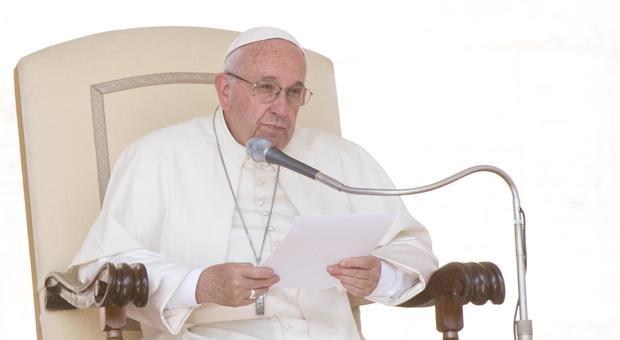 Papa Francesco, omaggio al prete sgozzato dall'Isis a Rouen: «Padre Jacques è martire e beato»