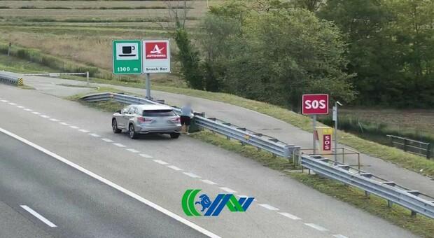 Scarica le immondizie in autostrada: ripreso e denunciato