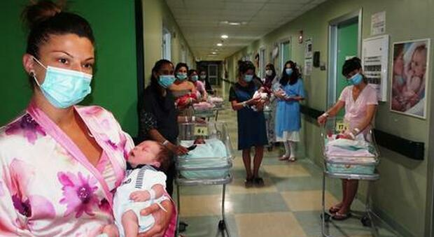 Covid, solo per 7 mamme su 10 garantito il rooming-in: rapporto «pelle a pelle» in sala parto solo per il 27% dei casi