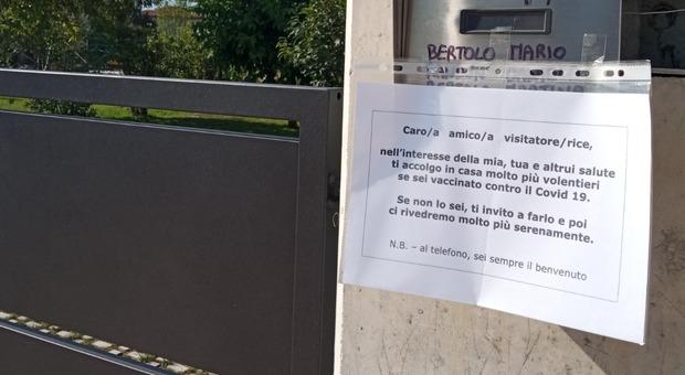 Il cartello all'ingresso della casa di Mario Bertolo